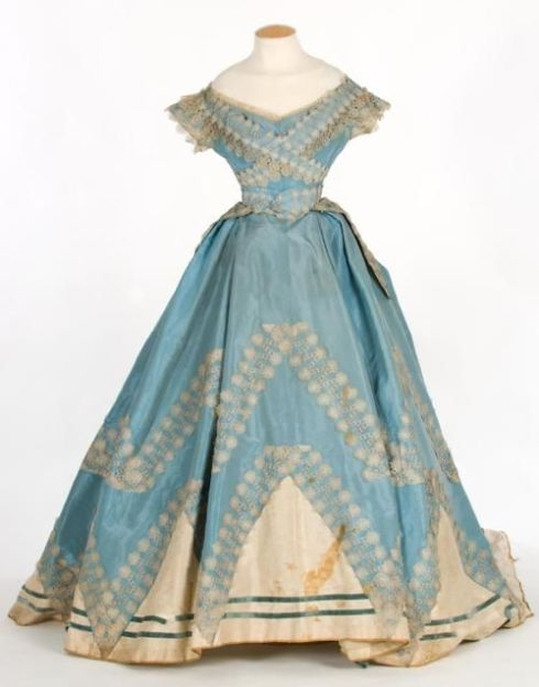 1860s Evening dress, simple, perhaps for debutants or teens